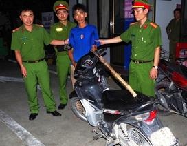Cầm dao, đinh ba cướp xe máy phụ nữ đang đi mua xăng