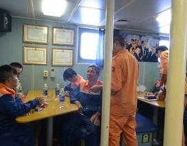 Cứu sống 7 người bám trên thuyền thúng, phao xốp, bị sóng lớn vùi dập