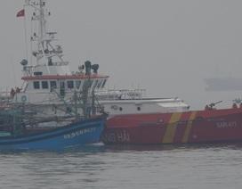 Trợ giúp tàu cá bị phá nước thả trôi trên biển