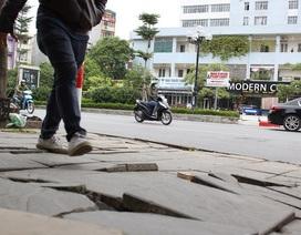 Chủ tịch Hà Nội yêu cầu làm rõ trách nhiệm vụ đá lát vỉa hè vỡ nát