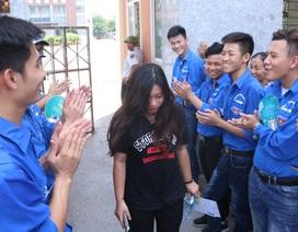 Hà Nội: Tình nguyện viên xếp hàng vỗ tay động viên tinh thần sĩ tử