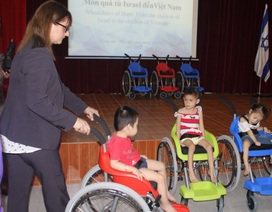 Đại sứ quán Israel trao tặng 100 xe lăn cho trẻ khuyết tật Việt Nam