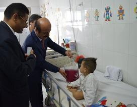 Đại sứ Qatar tặng 15 xe lăn cho Bệnh viện Việt Đức
