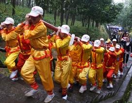 Đội mưa gánh cặp bánh chưng 700kg lên núi dâng thân mẫu Bác Hồ