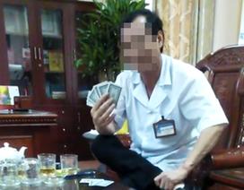 Xôn xao clip giám đốc bệnh viện mặc áo blouse đánh bài ăn tiền