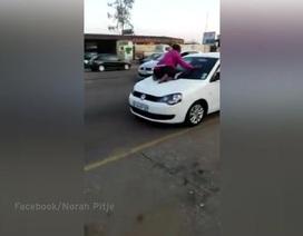 """Thấy chồng đi với gái, vợ phi hẳn lên nóc ô tô ngồi """"đánh ghen"""""""