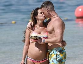 Cựu hoa hậu Anh khoe bụng bầu với bikini