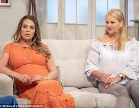 Cựu hoa hậu Anh bế bụng bầu lên truyền hình
