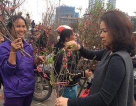"""Hà Nội: Đổ xô tới chợ hoa Nhật Tân """"phút chót"""", đường tắc cục bộ"""