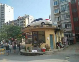 Đậu chắn lối đi, xe ô tô... bị cẩu lên nóc nhà
