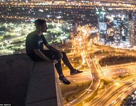 """Thót tim cảnh nam thanh niên """"đùa giỡn với tử thần"""" trên tòa cao ốc 43 tầng"""