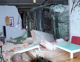 Xe container lật nghiêng đè sập 3 căn nhà