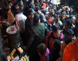 Người đi lễ nhao lên ban thờ Trung Thiên sau giờ khai ấn