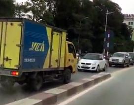 Hà Nội: Xe tải đi ngược chiều, phụ xe vung tay đòi... nhường đường
