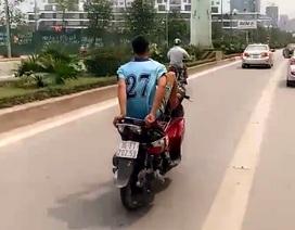 Nam thanh niên lái xe máy bằng chân trên làn đường buýt nhanh