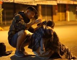 """Sao """"Bụi đời chợ Lớn"""" cắt tóc miễn phí cho người vô gia cư"""