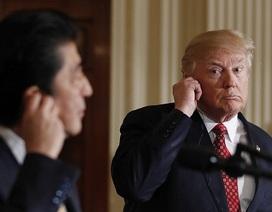 Vì sao ông Trump không chịu đeo thiết bị phiên dịch khi họp báo với Thủ tướng Nhật?