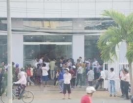 """Tiểu thương """"nằm vạ"""" trước trụ sở UBND thành phố vì lệnh cấm xe vào chợ"""