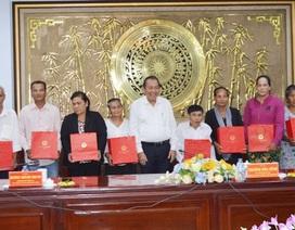 Phó Thủ tướng Trương Hòa Bình tặng quà cho hộ nghèo ở Bạc Liêu