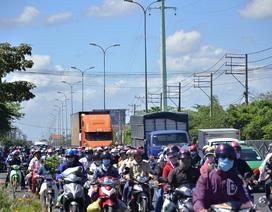 Quốc lộ lại ùn ứ vì dân miền Tây tiếp tục đổ về Sài Gòn