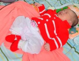 Bé sơ sinh bị bỏ rơi cùng bình sữa vẫn còn ấm