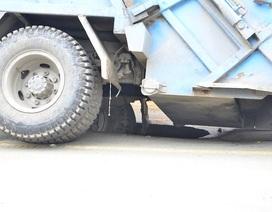Xe rác sụp hố sâu, giao thông kẹt cứng