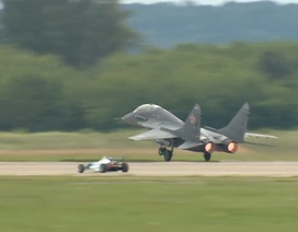 Mãn nhãn màn so tốc độ giữa xe đua và máy bay chiến đấu