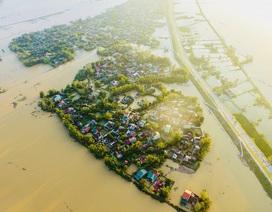Những xóm làng nhỏ bé giữa nước lũ mênh mông