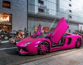 Lamborghini Aventador hồng rực rỡ trên phố