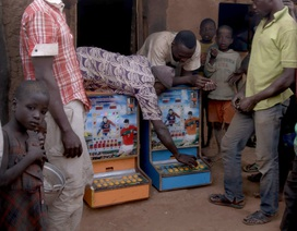"""Những cỗ máy đánh bạc """"ăn mòn"""" nông thôn Ghana"""