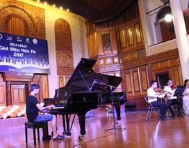 """""""Nhạc công nhí"""" say mê biểu diễn bên đàn piano của NSND Đặng Thái Sơn"""