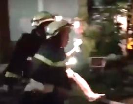 Giải cứu 7 người thoát khỏi căn nhà cháy lúc 2h đêm