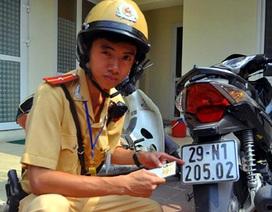 """Cảnh sát giao thông """"vạch"""" thủ đoạn làm giả giấy tờ xe"""