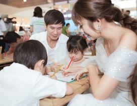 Lý Hải ân cần chăm sóc vợ và con