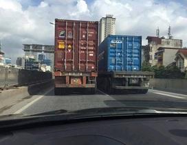 Hà Nội: Truy tìm 2 xe container chạy như... rùa ở đường trên cao