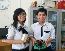 Học sinh lớp 12 chế tạo robot lau bảng