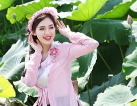 Hot girl Hà Min khoe vẻ đẹp đằm thắm, mặn mà bên hoa sen