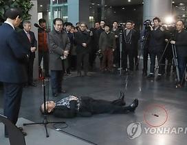 Người đàn ông tự đâm mình trước mặt Thị trưởng Seoul