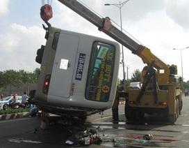 Xe buýt lật nghiêng đè lên xe máy, 2 vợ chồng tử vong