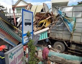 Xe tải tông sập 4 căn nhà, một phụ nữ mắc kẹt