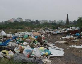 Đà Nẵng: Dân kêu trời vì rác thải chất đống dưới chân cầu vượt