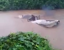 Xem xe công nông vượt lũ như... tàu ngầm