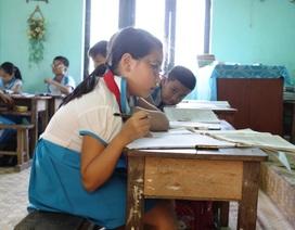 Học sinh trường chuẩn khổ vì bàn ghế... không đạt chuẩn