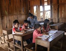 """Giáo viên phải """"cắt rẫy"""" băng rừng, vượt cả trăm cây số đi dạy học"""