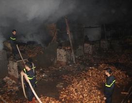 Cháy xưởng gỗ rộng hàng nghìn mét vuông trong đêm