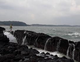 """Đội sóng hái """"lộc biển"""" trên đá nham thạch"""
