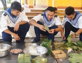 Mổ lợn, gói bánh chưng đón Tết ở Trường Sa