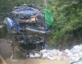 Xe tải đâm vào vách núi, 2 người chết trong cabin