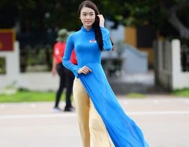 Người đẹp Phùng Bảo Ngọc Vân diện áo dài duyên dáng tại Trường Sa