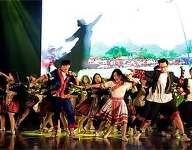 Nhóm nhảy học sinh diễn chợ tình vùng cao bằng vũ điệu máu lửa